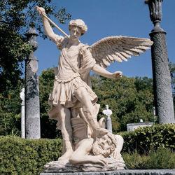 翼が付いている白い大理石の石造りのカトリック教の宗教彫像を切り分ける手