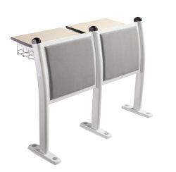 Schwarzen Schule-Schreibtisch-Stuhl im Strichleiter-Klassenzimmer setzen