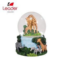 Cadeau d'artisanat Polyresin Adorable personnalisé de l'eau de résine Globe Cute Giraffe Boule à neige