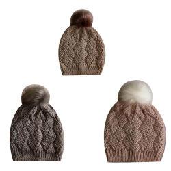 女性Winter Warm Fashion Knitting非常駐のダイヤモンドパターンはのどの毛皮のポンポンが付いている帽子の帽子についてへまをする