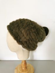女性の方法冬のPomponが付いているハンドメイドの擬似毛皮の帽子