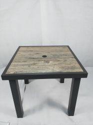 カシ木穀物が付いているアルミニウム屋外の庭浜の正方形の陶磁器の上のダイニングテーブル
