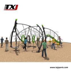Os adolescentes fitness ao ar livre de obstáculos com Adventre e Chanllenge