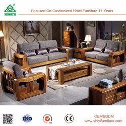 Tee-Tisch und weiches Kissen-Holz-Sofa