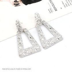 女性型の大きく幾何学的なハングのイヤリングの方法模造の宝石類