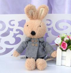 يحشى أرنب قطيفة لعبة مع شتاء لباس