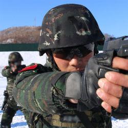 قوات خاصة تكتيكية مضادة للرصاص تقوم بإطلاق النار على البالستية جوجال