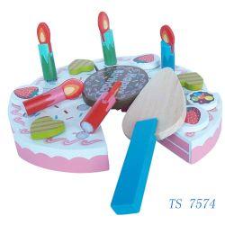 Los niños juguetes pastel de cumpleaños de madera
