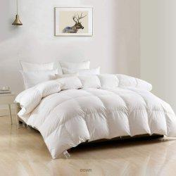 لحاف محمر بريش الإوزة لحاف داون من البطّ الداخلي لحاف فاخر محضّر حسب الطلب وبياضات سرير قابلة للعكس في فندق Home