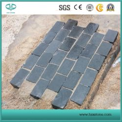 Bordo della strada, bordo grigio/nero del tipo del paracarro, del granito, pietra per lastricati