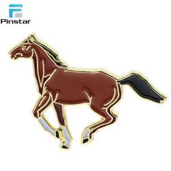 Kenteken van uitstekende kwaliteit van de Speld van de Revers van het Paard van het Email van de Douane het Zachte Rode Lopende Goud Geplateerde