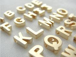 Goldfarbe überzogenes Alphabet des Charme-Edelstahl-18k bezaubert en gros
