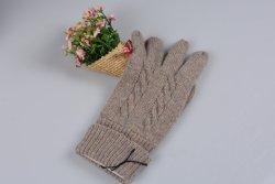 編まれたカシミヤ織の手袋