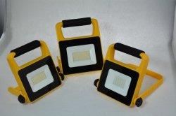 مصباح العمل LED للطاقة من Solor، LED بقوة 10 واط بتقنية SMD، مصباح عمل LED محمول مع شواحن السيارات، مصباح الغمر LED الخاص بإضاءة مصباح العمل الخارجي