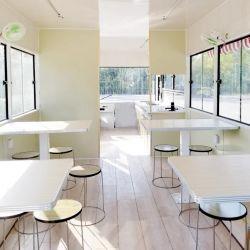 エアコン完備のキッチン設備、ダイニングテーブル、椅子を備えた、アフリカマーケットの人気のストリートモバイルレストランです