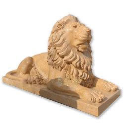 흰 대리석 야외 동물 조각 조각 조각 조각 위에 누워있습니다 사자