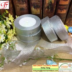 Gesponnenes Gold und silbernes metallisches Farbband mit genügenden Aktien