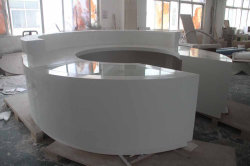 Surface solide pierre une décoration moderne blanche comptoir de réception de bureau