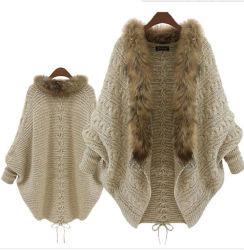 여자는 뜨개질을 한 겨울 Batwing 모피 고리 카디건 스웨터를 푼다