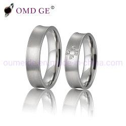 カップルチタニウム指リングのダイヤモンドの象眼細工の結婚式の宝石類