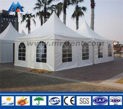 При отклонении от нормы в пагоде арабский белый навес палатки в рамке с помощью окна