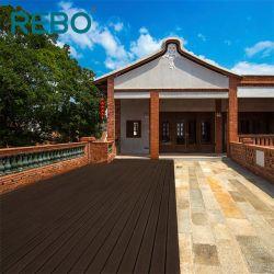 Stützbare Swimmingpool-Bambusterrasse, die im FreienDecking ausbreitet
