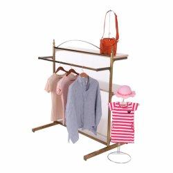 ショッピングモールの金属のTシャツの陳列だな、衣服の表示棚