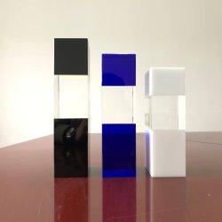 青および白い色の組合せの水晶のトロフィ