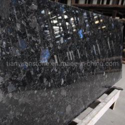 Анголе черного гранита большой слой на кухонном столе/оболочка