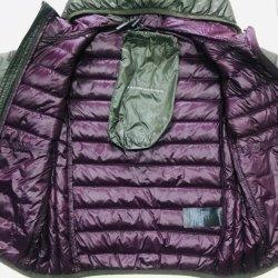 여자의 까만 쉘 및 아래로 안대기 간결 빛 오리 Witer 빨간 재킷