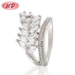 方法金張りは宝石類の女性の現代約束の結婚指輪を鳴らす