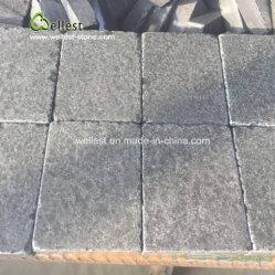 Les quatre côtés ayant chuté de basalte noir pavés de pierre de galets