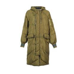 Le signore lungamente hanno riempito il cappotto di Hoody