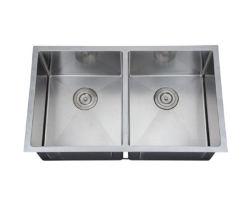 مطبخ من الفولاذ الذي لا يصدأ مع حوض مصنوع يدويًا مع لمسة نهائية من الساتان المصقول