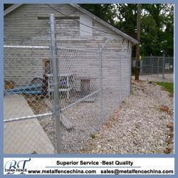 Maillon de chaîne sur le fil de clôture de cage de stockage de l'entrepôt
