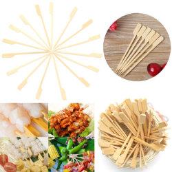 Seleção da bandeja de bambu bastões de madeira espeto de aperitivos e bebidas