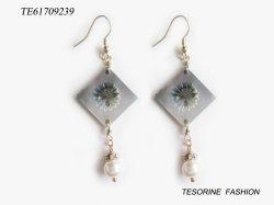 熱い販売の方法普及した特別なガラス宝石類のイヤリングが付いているデザインによって曲げられるシェルの真珠