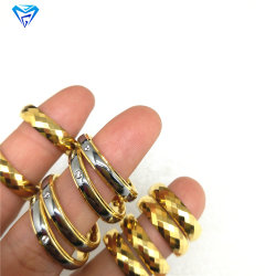 Anello d'acciaio sfaccettato dell'anello del tungsteno in azione