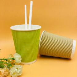 Mur d'ondulation jetables de café vert les tasses de papier avec les couvercles et de paille