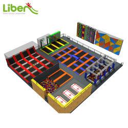 Amplo parque de diversões trampolim Park com vários jogos