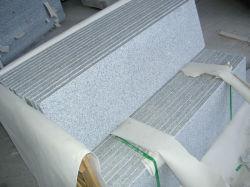 Antislipperyの縞が付いている中国ライトまたは暗い灰色の花こう岩の屋内および屋外の石造りのステップおよび階段タイル