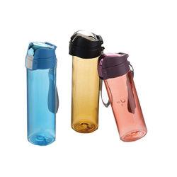 Espacio en el deporte de moda una botella de agua portátil de plástico con tapa protectora
