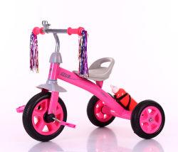 おもちゃの赤ん坊の三輪車の子供のおかしな乗車