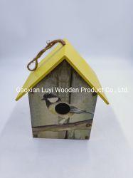 木の鳥の家。 鳥の送り装置