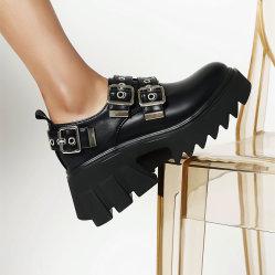La molla di autunno dei pattini delle donne calza i pattini piani degli alti talloni dell'inarcamento dei pattini di modo
