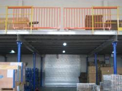 Erhöhte Stahlplattform für industrielle Lagerung