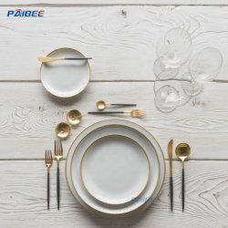 Insieme reale del piatto di pranzo di Cina di osso, terraglie bianche con l'orlo dell'oro