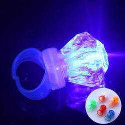 ダイヤモンドのBlingのリングをつけなさいLEDの白熱リングが点滅のリングのプラスチックダイヤモンドの子供の演劇のリングをつける