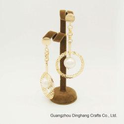 円の模造真珠のビードの低下イヤリングの方法宝石類をくり抜きなさい