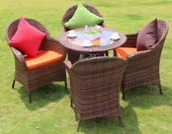 Im Freienfreizeit-Rattan-Stuhl mit den Metallbeinen